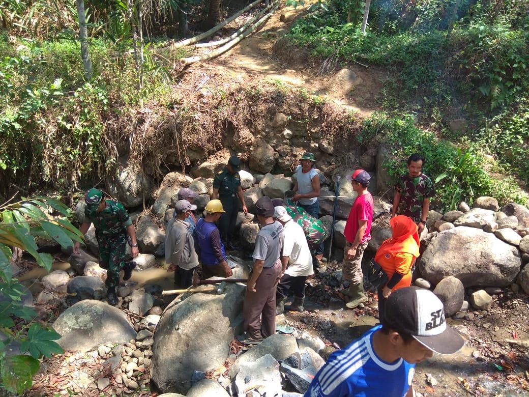 Danramil Kaliwiro Lakukan Peletakan Batu Pertama Pembuatan Jembatan