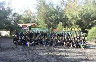 Puluhan Mahasiswa Lepas 100 Tukik di Pantai Cemara Banyuwangi