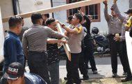 Polres Bersama Aliansi Mahasiswa Wonosobo Lakukan Bedah Rumah Korban Puting Beliung