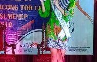 Kenakan Batik Rato WMS, Putri Indonesia Bella P. Ekasandra Melenggang di Malam Keakraban Duta Wisata