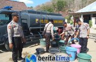 Kapolres KSB Mendistribusikan Air Bersih Kepada Masyarakat Yang Memerlukan