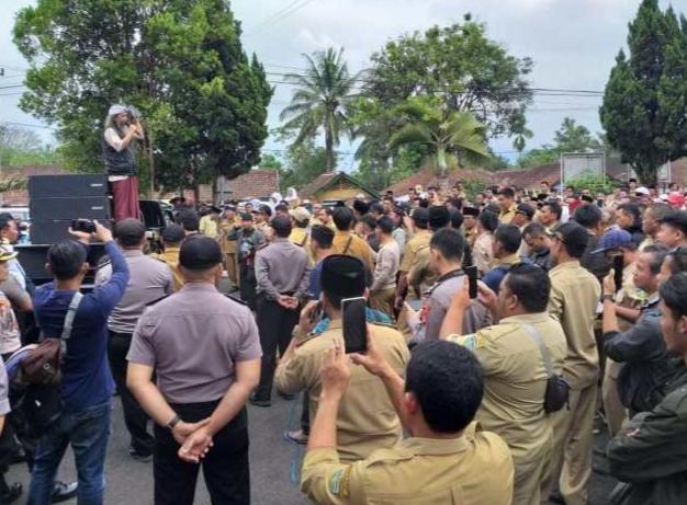 Ratusan Kades Geruduk Kejari Tasikmalaya Karena Ulah Oknum Jaksa