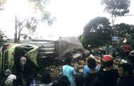 Truck Bermuatan Air Kemasan Terguling Menutupi Ruas Jalan Wonosobo -Temanggung