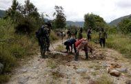 Peduli Warga, Satgas Pamtas RI-PNG Yonif Raider 514/SY Bantu Perbaikan Jalan