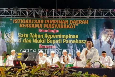 Ribuan Jemaah Banjiri Istighosah Gus Muwafiq di Pamekasan