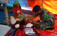 Anggota Satgas Yonif Raider Khusus 136/TS Berikan Layanan Kesehatan di Tenda Pengungsian