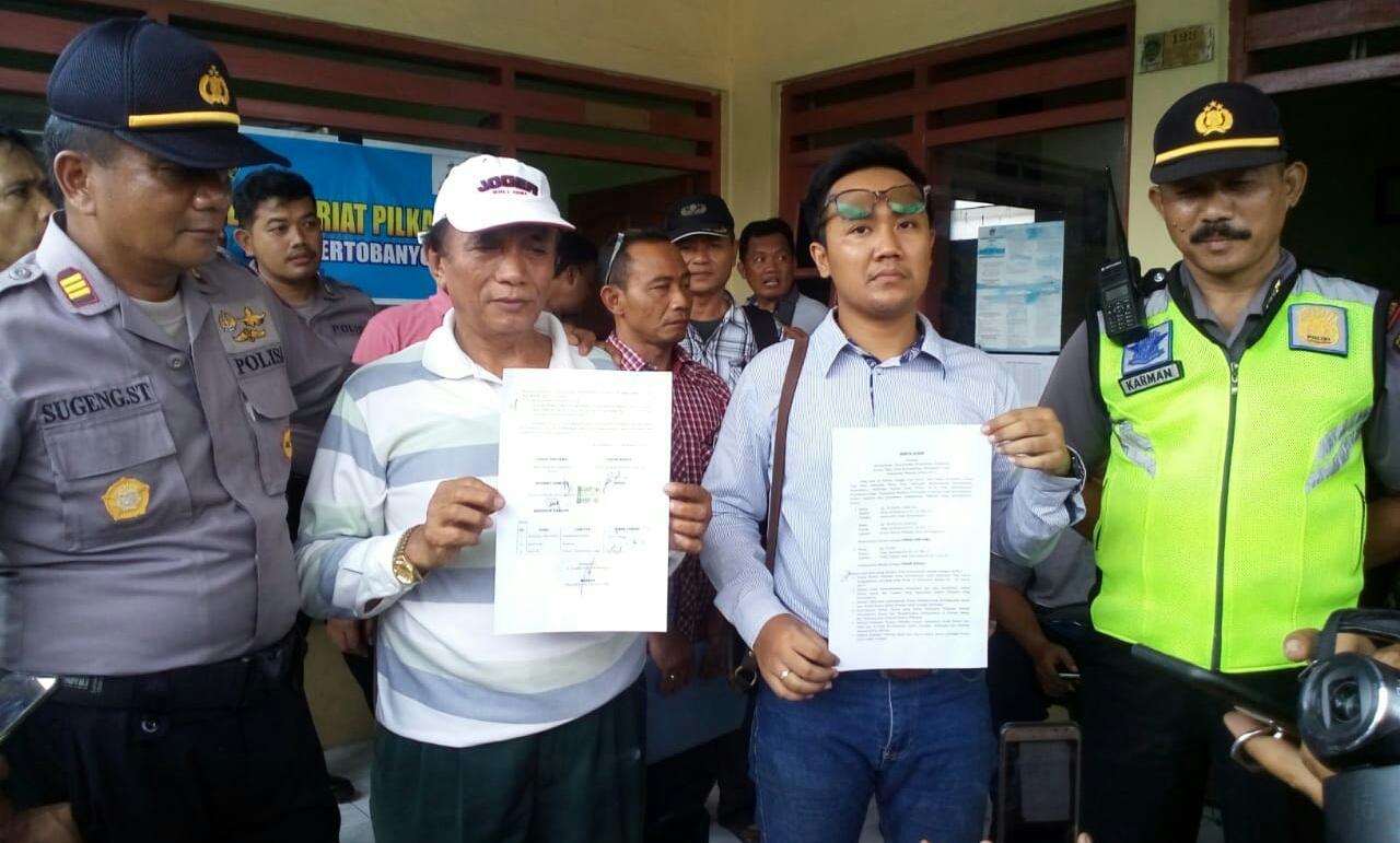 Tuntut Hitung Ulang, Massa Pendukung Cakades Kertobanyon Nomor 2 Geruduk Balai Desa