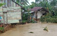 Dua Rumah Warga Amblas Terbawa Arus Sungai