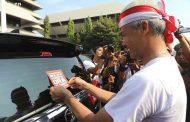 Ganjar Tempeli Mobil Dinas Pemprov Sticker 'Nek Aku Korupsi, Aku Ora Slamet'