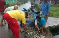 Giat Jum'at Bersih, Warga Timbun Jalan Berlubang dan Bersihkan Saluran