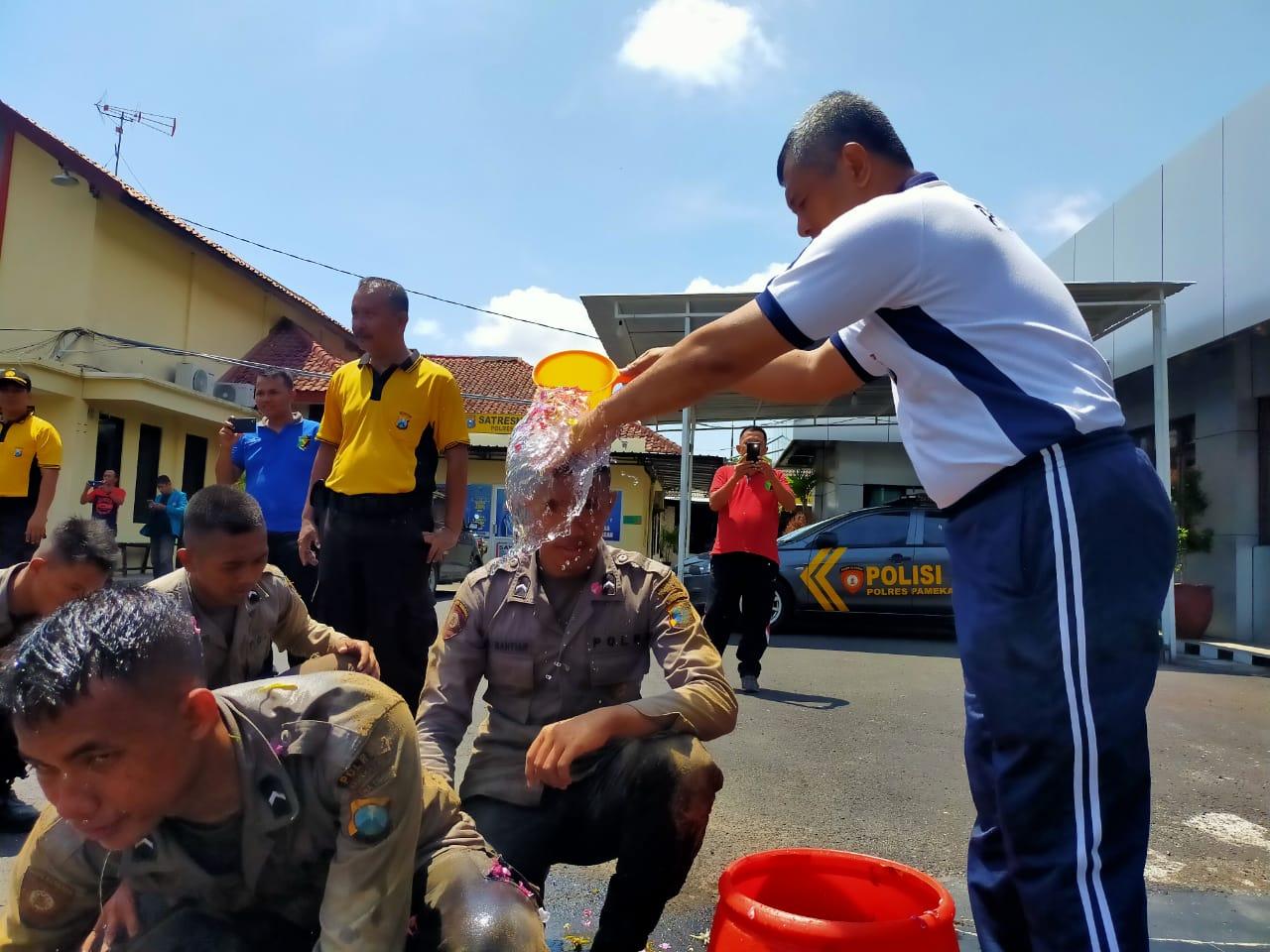 16 Bintara Remaja Mandi Kembang, Tradisi Penerimaan Personil Baru di Pamekasan