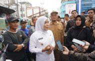 Wakil Walikota Palembang Fitrianti Agustinda Tinjau Lokasi Banjir di Pasar Burung
