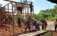 Maknai Hari Juang TNI AD, Prajurit TNI Ikut Gotong Royong Bangun Rumah Warga di Kampung Sipias