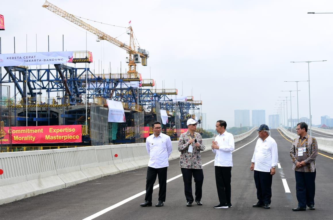 Presiden Jokowi Tinjau Pembangunan LRT Jabodebek dan Kereta Cepat Jakarta-Bandung