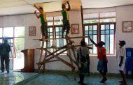 Sambut Natal, Satgas Yonif MR 411/PDW Kostrad Bantu Warga Kondo Benahi Gereja