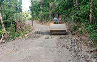 Bangun Jalan Sertu Penghubung Desa Buya – Desa Auponhia, Warga Ucapkan Terima kasih bapak Bupati