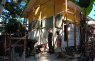Satgas Yonif RK 136/TS Bantu Warga Bangun Rumdis Guru di Desa Lisabata Maluku