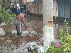 Tampaknya warga melakukan pembersihan dilokasi dampak banjir bandang di kecamatan Ijen Bondowoso (Rois)