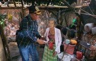 Potret Kemiskinan Bondowoso, Nenek Slani Tinggal di Gubuk Reot
