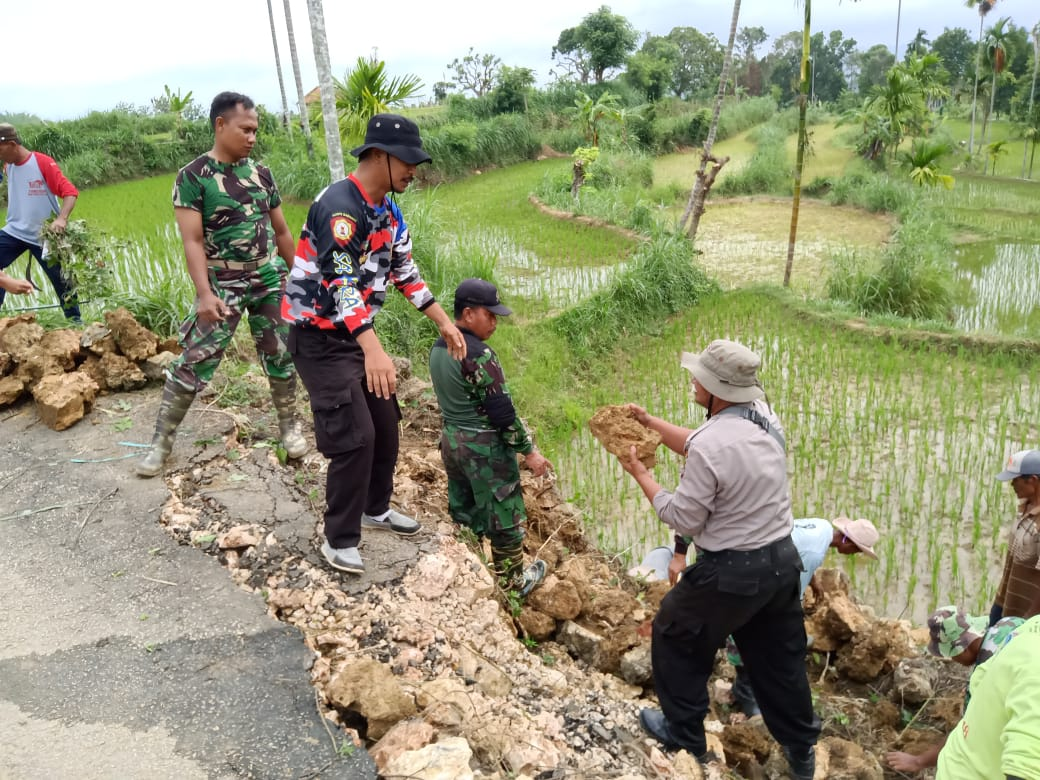 Wujud Sinergitas TNI-Polri Dan Warga di Pamekasan Kompak Kerja Bakti Perbaiki Jalan Ambles