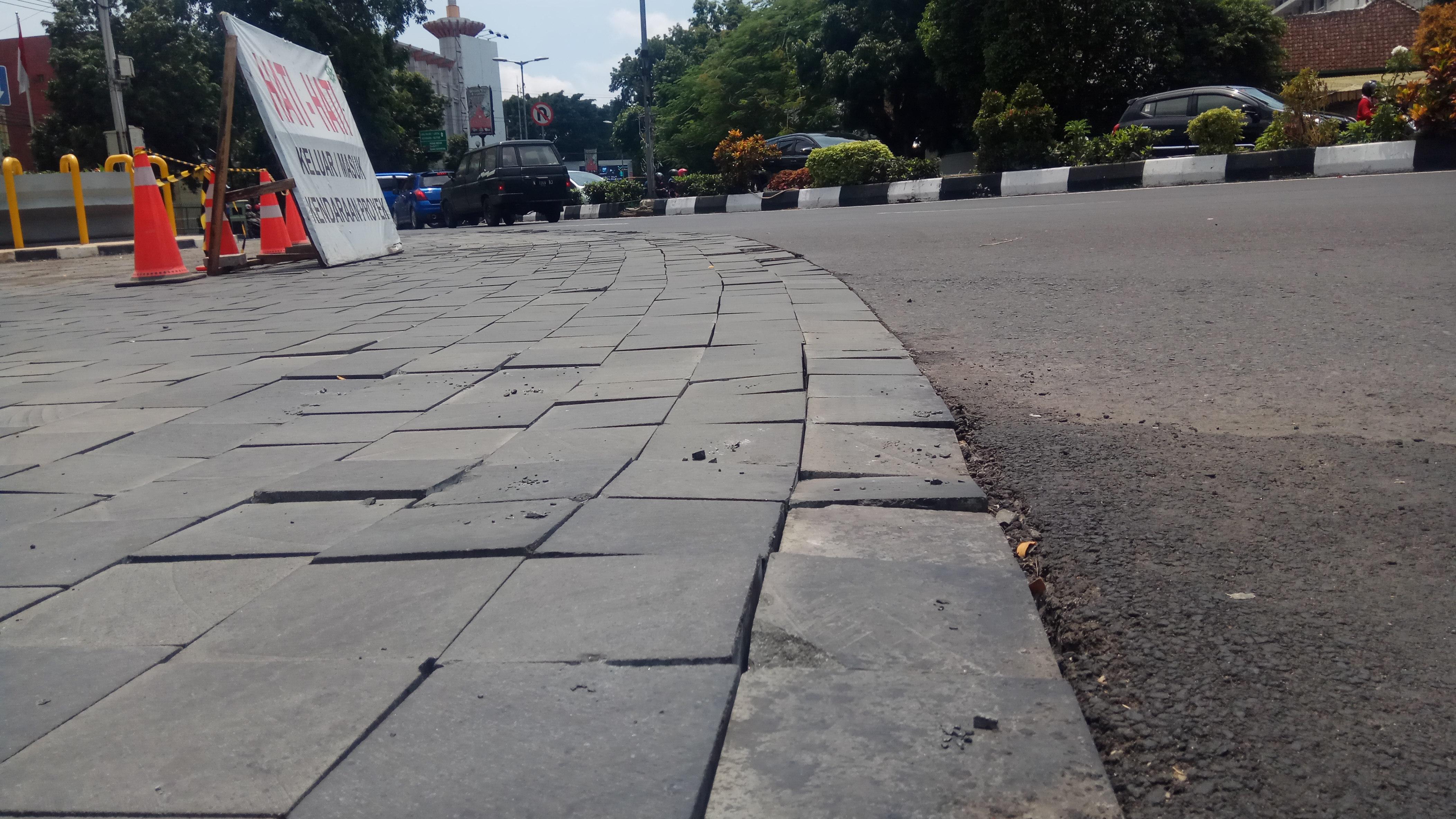 Batu Andesit Pada Proyek Kayu Tangan Herritage Kota Malang Pecah Pecah