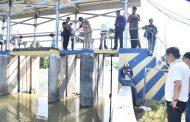 Wabup Tinjau dan Ambil Sempel Air Busa Putih di Dam Sumput
