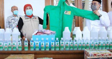 Madrasah Sumbangkan Hand Sanitizers dan APD Pada Pemprov Jatim