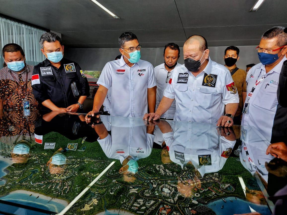 Keterangan Foto: Ketua DPD RI mendengar penjelasan dari Direktur Utama ITDC tentang pembangunan Sirkuit Mandalika di Lombok, NTB beberapa waktu lalu