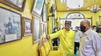 KETERANGAN FOTO : Sultan Pontianak ke-IX, Paduka Yang Mulia (PDM) Sultan Syarif Mahmud Melvin Alkadrie menjelaskan sejarah Keraton Kadriah Kesultanan Pontianak, kepada Ketua DPD RI, Minggu (13/6)