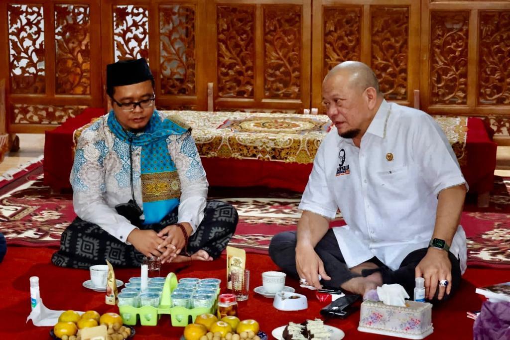 Ketua DPD RI, AA LaNyalla Mahmud Mattalitti, berbincang dengan pengasuh Pondok Pesantren Ar Rohman Putra, KH. Muhammad Ridho L.C.